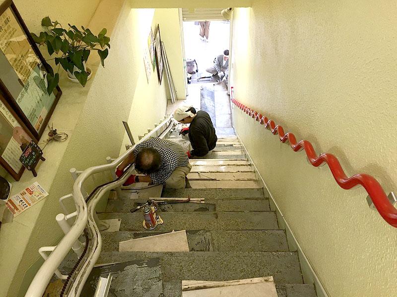 クミ美容室Pタイル階段